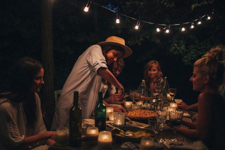 Singleforældre hygger sig med god mad og vin