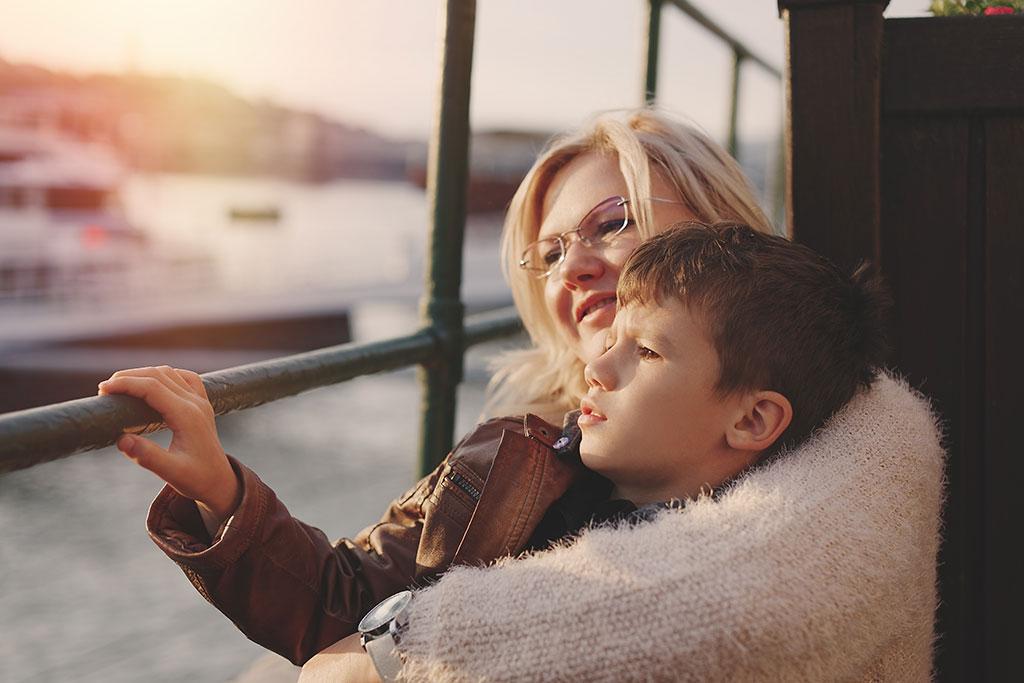 Singlemor nyder sin søn i en stille stund